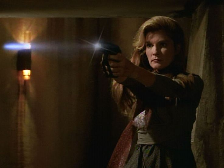 Voyager 2x12 resistance janeway firing on a soldier for Mirror janeway