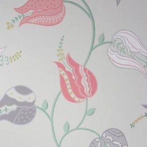 Le papier-peint Isfahan Tulip d'Osborne and Little : Un sentier de tulipes stylisées. Ispahan était autrefois la capitale de la Perse et est célèbre p...