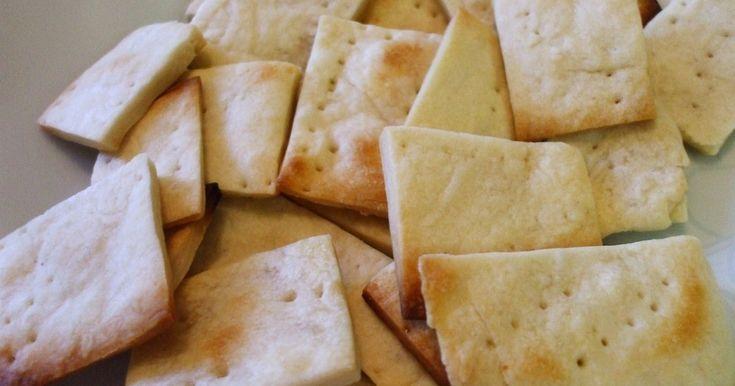ちょっぴりクラッカーが欲しい時は自分で作りましょう。お好みで胡椒や粉チーズを入れても。トースターかフライパンで焼きます。