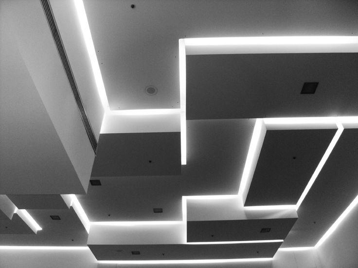 Tipico esempio di controsoffitto che regala allo spazio movimento grazie alla diversità dell'altezza dei volumi e regala un effetto luce-ombra molto suggestivo