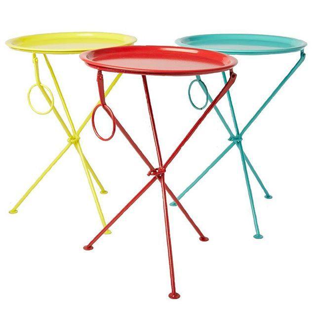 Ett brickbord som syns!  Bordet är hopfällbart = lätt att flytta på, gjort i plåt = tåligt, finns i tre läckra färger = något för alla.  Som ett kinderägg #ruthochgreta #webshop #inredningsbutik #brickbord #bord #bricka #färgglatt #rjbstone  #barnrumsinredning #barnrumsinspo #barnrum #kidsroom #interior2you #interior4you #kidsinspo #skandinaviskahem #nordicinspiration #piggauppmedfärg
