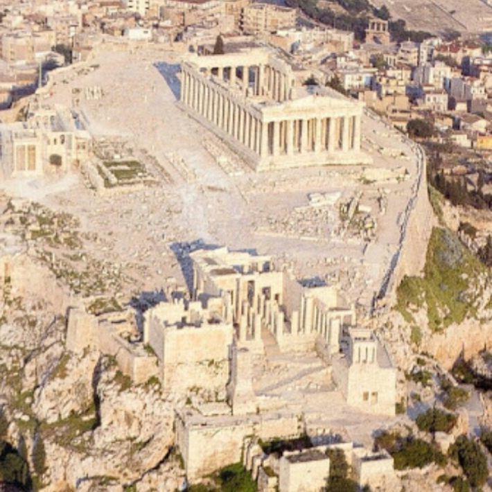 Na Grécia Antiga, a Acrópole era o ponto mais alto da cidade. Possuía um papel muito importante na vida das Pólis [cidades-estado] gregas. Servia como refúgio para os habitantes das cidades no momento de ataques militares dos inimigos e para observação militar. A mais conhecida é a #AcrópoleDeAtenas, que abriga o #Partenon (templo da deusa grega Atenas). As ruínas da Acrópole de Atenas são um dos pontos turísticos mais visitados da Grécia.  #Atenas #Grece #Mitology  #SenhoaInspiraçãoBlog