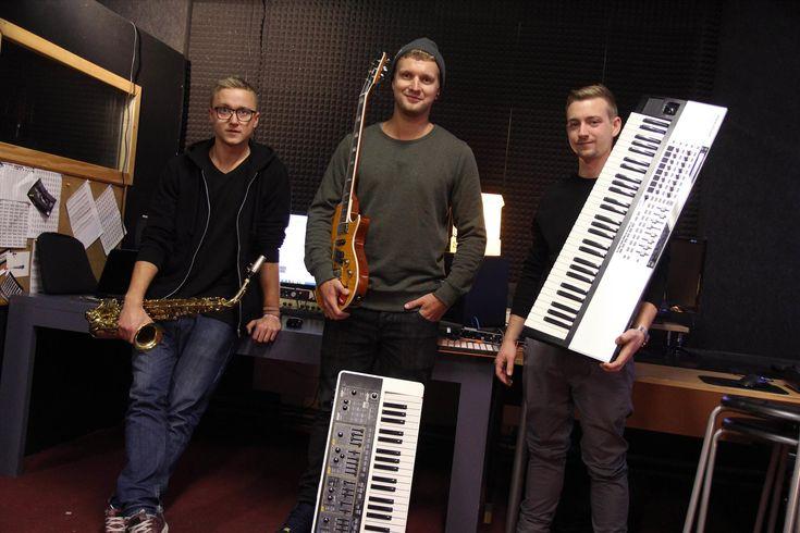 Soundmob, das sind Manu Moos, Julian Moos und Martin Wollny. (Foto: Björn Othlinghaus) Für viele aufstrebende junge Musiker entwickelt sich Lüdenscheid mehr und mehr zu einer vielversprechenden Wir…