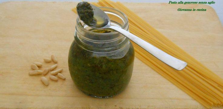 Pesto alla genovese senza aglio è una salsa buona tanto quanto il pesto tradizionale, ottima per chi vuole salvare d'alito o ha problemi a digerire l'aglio