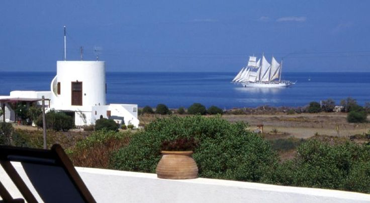 Ecoxenia Oía The Ecoxenia hotel is perfectly located for those who love nature, sea, privacy, great views, tranquillity and friendliness. Couples will appreciate the romantic setting of this small hotel.
