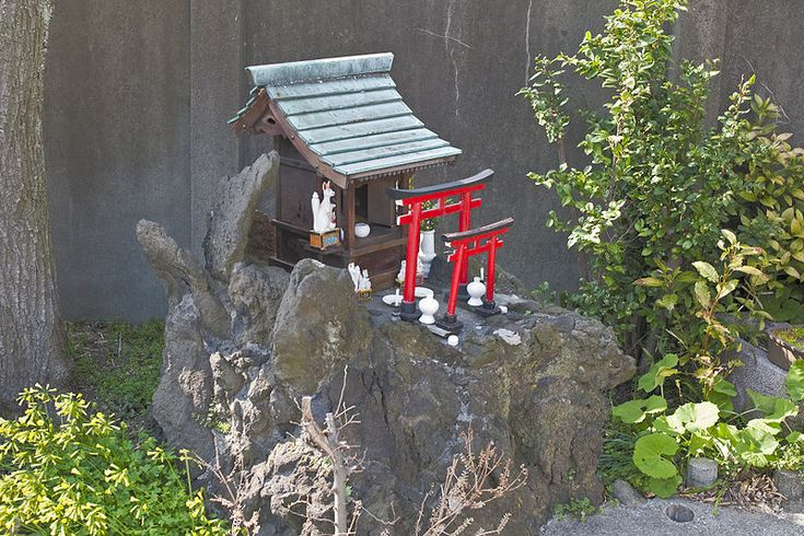 "File:Hokora in Yokohama.jpg from Wikipedia. A hokora in Yokohama with some white foxes, symbols of ""kami"" Inari. by Urashimataro: http://commons.wikimedia.org/wiki/User:Urashimataro"