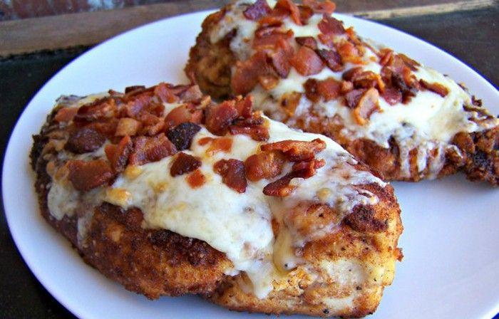 Vyzkoušejte si připravit luxusní kuřecí steaky v parmezánové krustě a slaninou na vrchu. Luxusní chuť!