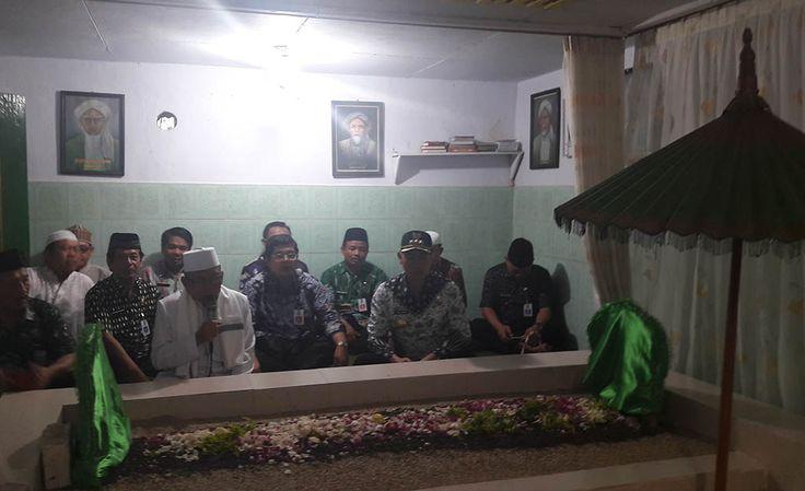 Abah Anton Ziarah Makam Ki Ageng Gribig Jelang HUT Kota Malang https://malangtoday.net/wp-content/uploads/2017/03/Abah-Anton-Ziarah-Makam-Ki-Ageng-Gribig-.jpg MALANGTODAY.NET– Walikota Malang, Moch Anton berziarah ke makam sesepuh Kota Malang, Ki Ageng Gribig. Rombongan menggelar doa di makam yang berlokasi di wilayah RW 04, Kelurahan Madyopuro, Kecamatan Kedungkandang, Kota Malang, Jum'at (31/03) itu. Kegiatan tersebut digelar sebagai... https://malangtoday.net