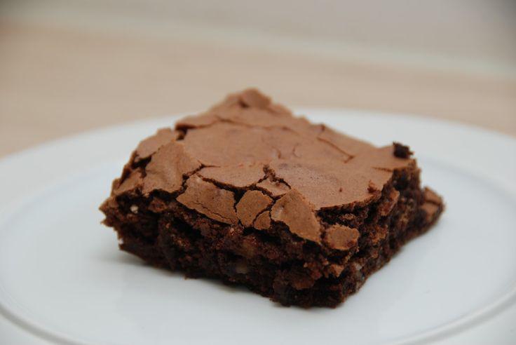 Brownie med mørk chokolade til grill eller ovn er en tung chokoladekage med valnødder, der er nem at bage i både ovn og grill. Foto: Guffeliguf.dk.