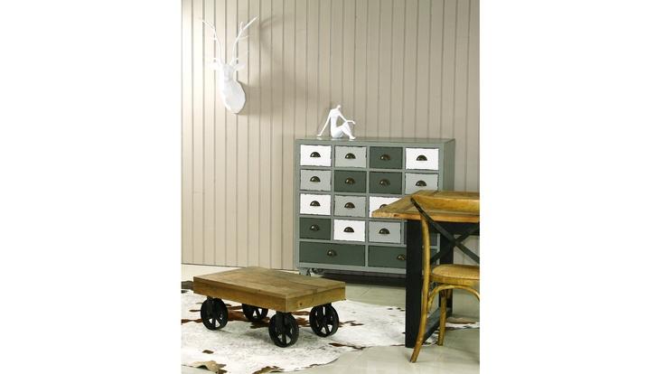 Tectona - Table basse en bois vintage design industriel.  Pour les amateurs de mobilier industriel en métal et bois : cette table style chariot va vous combler !    Placée sur des roues en fer, cette table basse industrielle très tendance est extrêmement robuste.