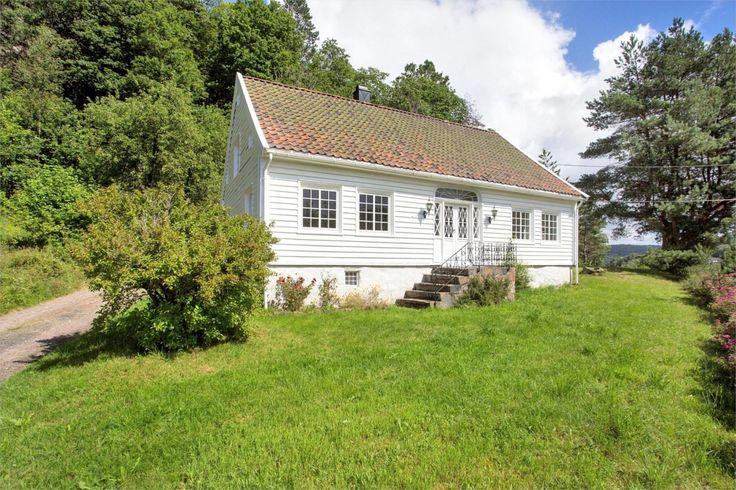 (1) FINN – Småbruk med bolighus, låve, stabbur, garasje, hyttestrandlinje og fiskerett i Topdalselva på Krageboen i Tveit