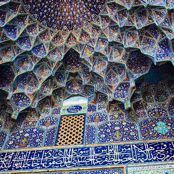 #Impresivemosaics from around the world: The Persian Shah Mosque with seven-color mosaic tiles & calligraphic inscriptions from 17th century.