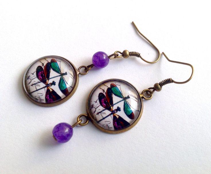 Boucles d'oreille libellules, cabochon en verre, perles de jade, tons vert et violet, en bronze. : Boucles d'oreille par thislia