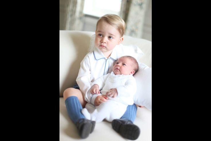En images - Famille royale d'Angleterre - Le baiser du prince George à Baby Charlotte