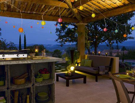 cuisine d'été extérieur sous auvent bois guirlande électrique lampion couleur spécial extérieur