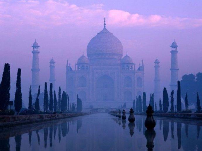 Taj Mahal, en Inde signifie en indien « Palais de la Couronne », n'est en fait pas un palais. Il s'agit en fait d'une tombe, un mausolée de marbre blanc construit à la demande de l'Empereur Shâh Jahân en mémoire de son épouse Arjumand Bânu Begam, aussi connue sous le nom de Mumtaz Mahal.