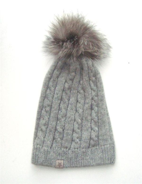 Huttelihut hue i grå med kabelstrik og pelskvast.