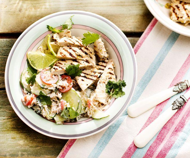 Heerlijk barbecueweer, dus tijd voor kip met kokos en limoen. En deze frisse rijstsalade helpt je de tropische temperaturen te weerstaan.
