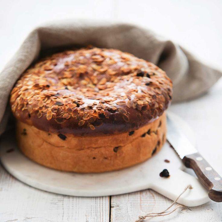 De 'Haagse kakker' is een plat krentenbrood gevuld met spijs. De variant van 'Heel Holland Bakt'-winnaar Menno de Koning is geïnspireerd op de originele kakker van zijn favoriete bakker in Den Haag, die het...