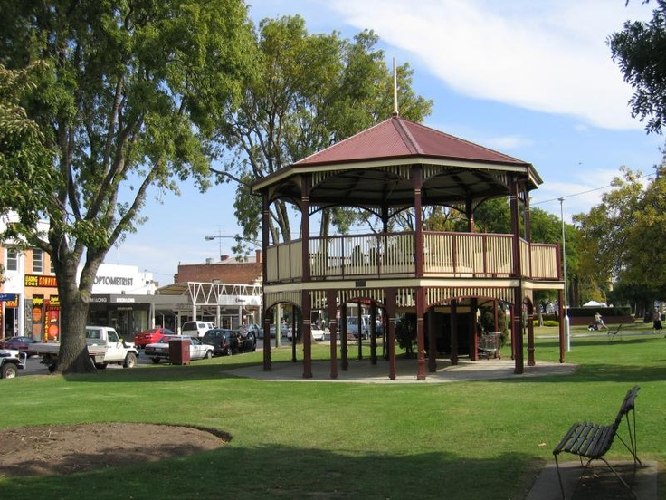 Bairnsdale. Commercial centre and shops Rotunda, view west along Main St gardens from Bailey St