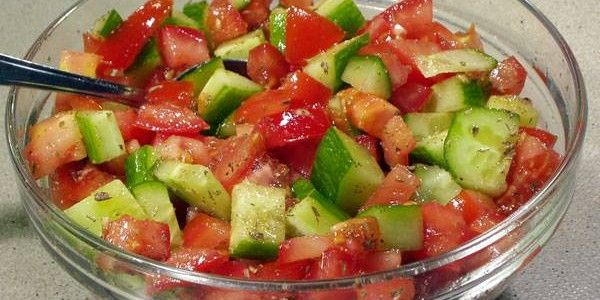 Tomaten-komkommer salade