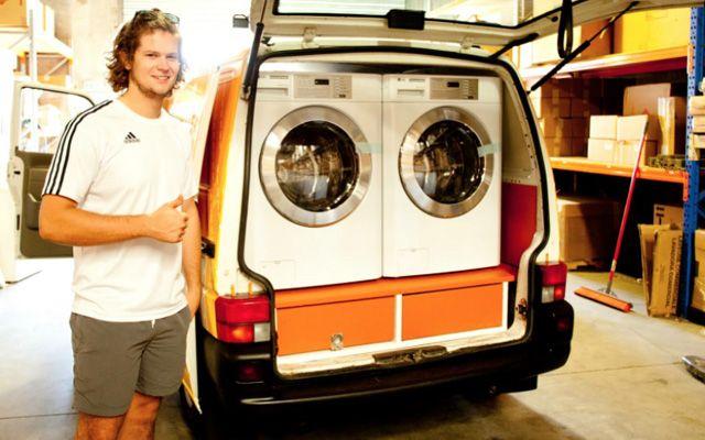 Orange Sky Laundry est une blanchisserie ambulante qui vient en aide aux sans-abris. Ce van spécialement bricolé par deux copains d'une vingtaine d'années (Lucas Patchett et Nicholas Marchesi) va à la rencontre des SDF de Brisbane en Australie.