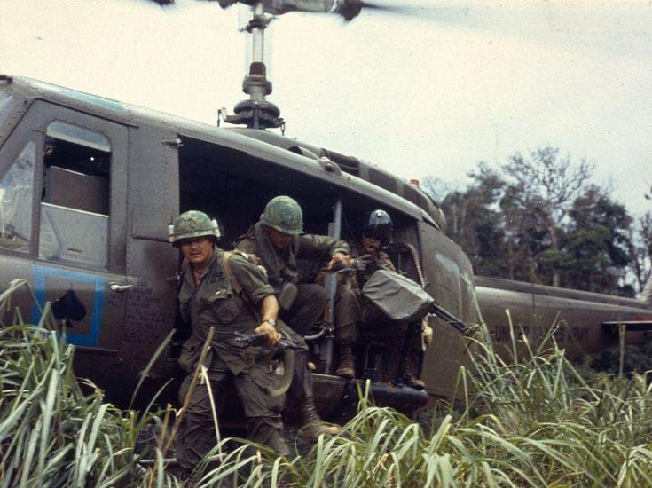 Landung im hohen Gras: Amerikanische Soldaten werden von einem Helikopter...