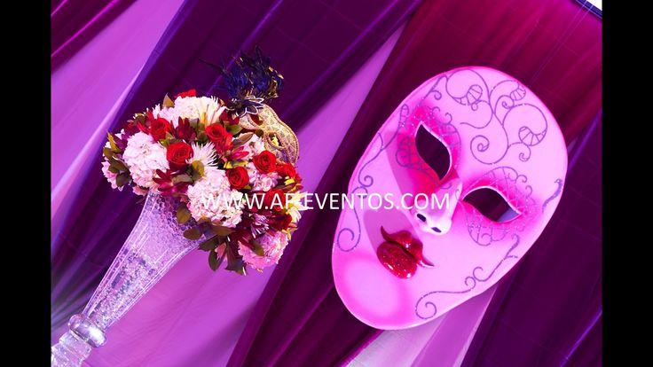 Máscara Veneciana de 2mts. de altura, colgada del techo del salón