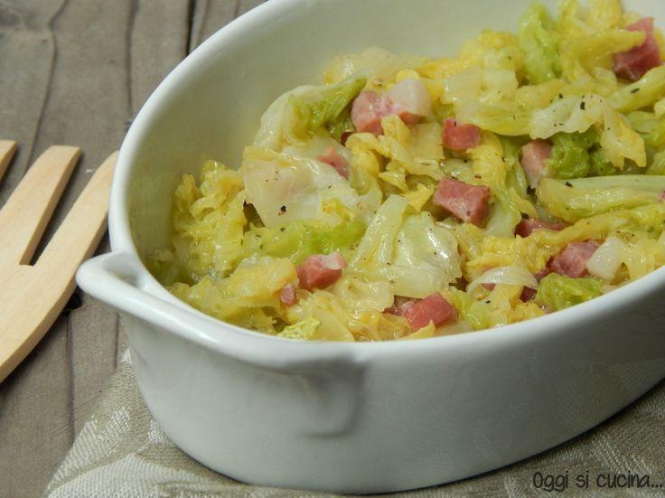 La verza stufata con speck è un piatto semplice e veloce, un contorno…