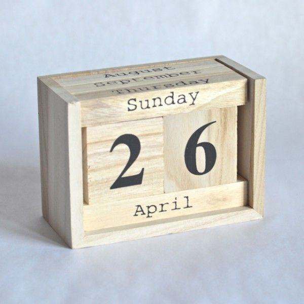 joli calendrier perp tuel en bois avec 2 cubes comprenant les chiffres et 4 barettes comprenant. Black Bedroom Furniture Sets. Home Design Ideas