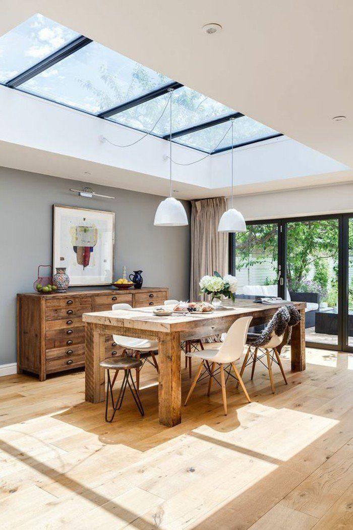 meubles de cuisine en bois clair, cuisine avec verrière et sol en bois clair