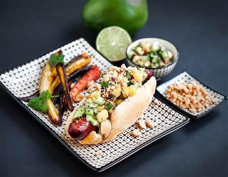 En lyxig variant av korv med bröd. Här med vegetarisk chorizo och fantastiska tillbehör som mangosalsa, avokadokräm och rotfruktsstrips.