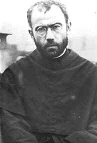 """Maximiliano María Kolbe nació el 7 de enero de 1894 en Zdunska Wola, Polonia. La historia de su vida hubiera pasado inadvertida si no hubiera sido por un acto lleno de valor que llegó a ser la culminación de su fe radical en Dios, y que mantuvo durante toda su vida. """"Soy sacerdote católico y quiero ocupar su lugar. Yo ya soy viejo, pero él tiene mujer e hijos.""""  http://estebanlopezgonzalez.wordpress.com/2011/06/19/maximiliano-maria-kolbe/"""