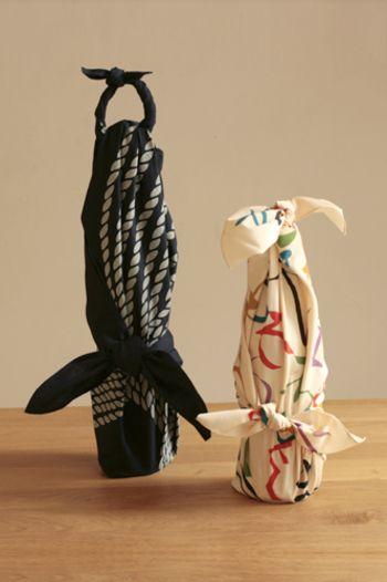 日本酒やワイン、シャンパンの瓶がいっそうきれいに変身する包み方です。 パーティーや記念日のギフト包みにぴったりで、空の瓶を包んでお花を生けても素敵です。