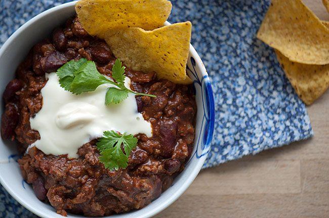 Virkelig lækker hjemmelavet chili con carne som kan laves både mild i en familievenlig udgave og som en hot udgave - få opskrift her