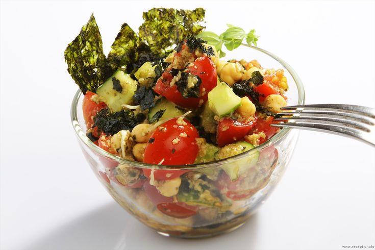 Салат с нори и соусом из авокадо. Отличный вариант для вегетарианцев