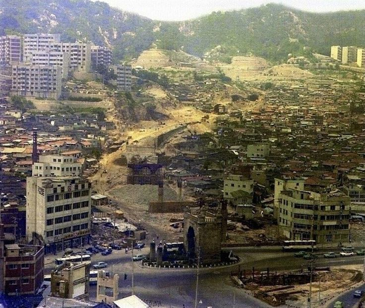 Seoul: Construction of the Sungsan Highway, c 1978 1978년 성산고가도로 건설당시. 아래 보이는 독립문은 지금현재 북서쪽으로 70m 정도 옮겨져 있다.