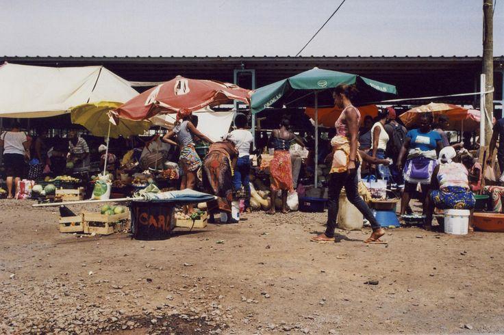 https://flic.kr/p/XeFBBm | Mercado de Sucupira. | Ilha do Santiago. (35mm) | by Samuel Musungayi.  Captured with a Nikon FM and a roll of Kodak Gold 200. | CanoScan 8600F.  Praia, Ilha do Santiago. Cabo Verde.