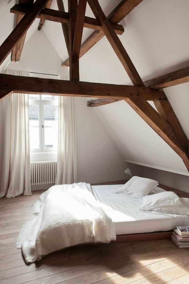 Les 25 meilleures id es de la cat gorie chambre coucher avec plafond bas su - Eclairage chambre mansardee ...
