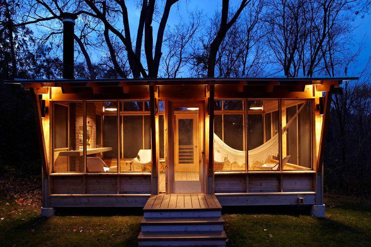 Уютная и просторная деревянная беседка
