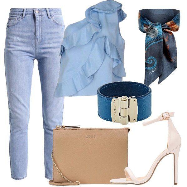 Jeans in denim azzurro a vita alta, top monospalla con gale, sandalo con tacco alto e cinturino alla caviglia, borsa a tracolla con sottile catena in metallo e logo applicato, bracciale rigido, fascia per capelli multicolore.
