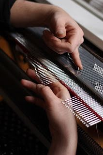 interventions manuelles sur machine à tricoter