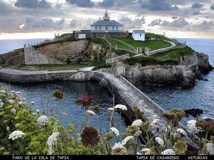 Faro de la isla de Tapia. ASTURIAS.
