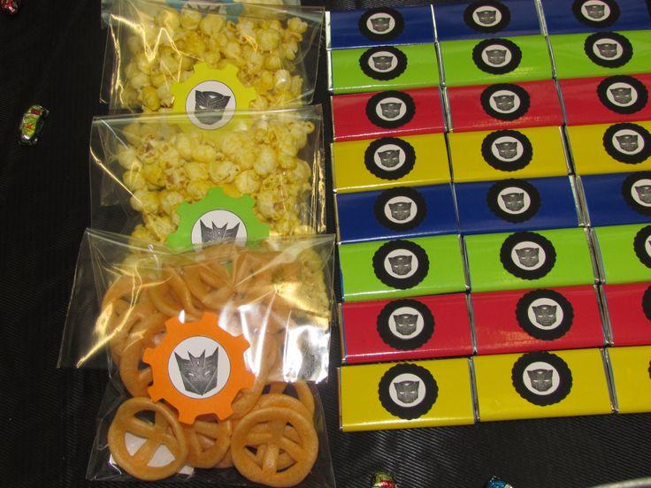 Bolsas con palomitas y chicharrones, claro, personalizadas para el evento de transformers.
