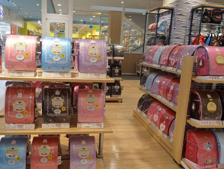 ☆人気のランドセル「かるすぽ」☆ 今、TV CMで話題のランドセル 「かるすぽ」大好評!! 上質な素材、質感、機能性、 そしてスペシャルなデザインの 「かるすぽ」! 子供がときめくプレミアムランドセル イオンでは「かるすぽ」を多数品揃え! ご来店をお待ちしてます♪ http://www.aeon-ryukyu.jp/ #イオン #入学 #かるすぽ