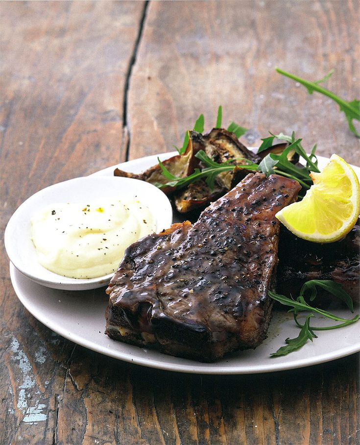 Aïoli is 'n Franse woord vir mayonnaise, gewoonlik tuisgemaak, waarby baie vars, fyngedrukte knoffel gevoeg is.