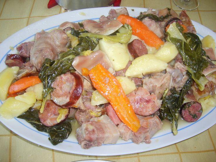 Cozido à portuguesa Numa panela grande coza em água todas as carnes. (vaca, meia galinha, pé de porco, entrecosto, chispe, presunto, chouriço, farinheira, salpicão, toucinho salgado, bacon, orelheira fresca e fumada) Tempere com azeite. Nesta água de cozer as carnes, meta couve portuguesa, cenouras, batatas, nabos.  Para servir, corte as carnes, disponha numa travessa com os respetivos legumes. Acompanha feijão branco cozido, cozido na água dos legumes, e arroz de forno ou branco