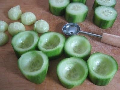 Komkommer uithollen en vullen met bv kipsalade