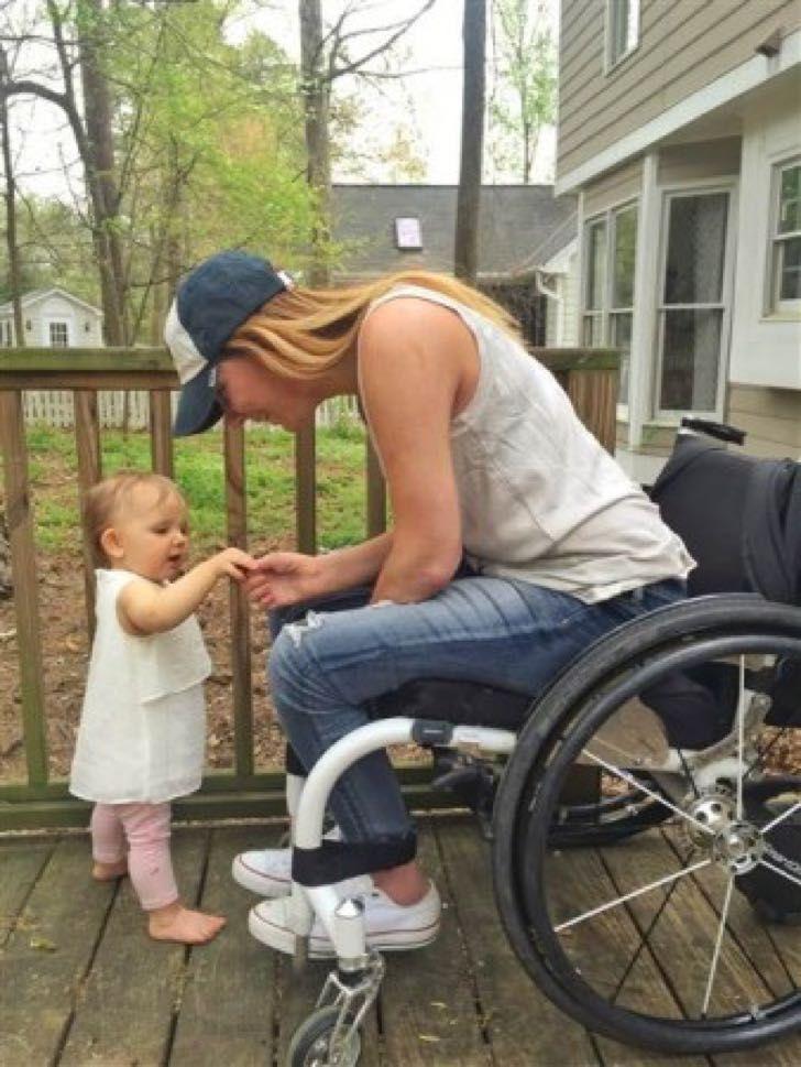 Mujer queda en silla de ruedas en su propia despedida de soltera. 1 año después vive algo removedor