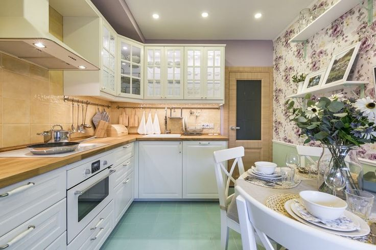 9m2-es konyha szép felújítása és berendezése provence-i stílusban étkezőasztallal